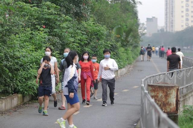 Nhộn nhịp tập thể dục trên con đường đi bộ dài nhất Hà Nội ảnh 3