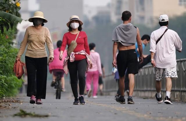 Nhộn nhịp tập thể dục trên con đường đi bộ dài nhất Hà Nội ảnh 5