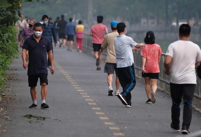Nhộn nhịp tập thể dục trên con đường đi bộ dài nhất Hà Nội ảnh 6