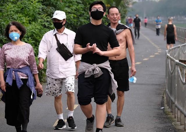 Nhộn nhịp tập thể dục trên con đường đi bộ dài nhất Hà Nội ảnh 7