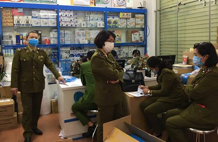 Hà Nội: Làm giả hàng nghìn bộ quần áo bảo hộ y tế ảnh 2