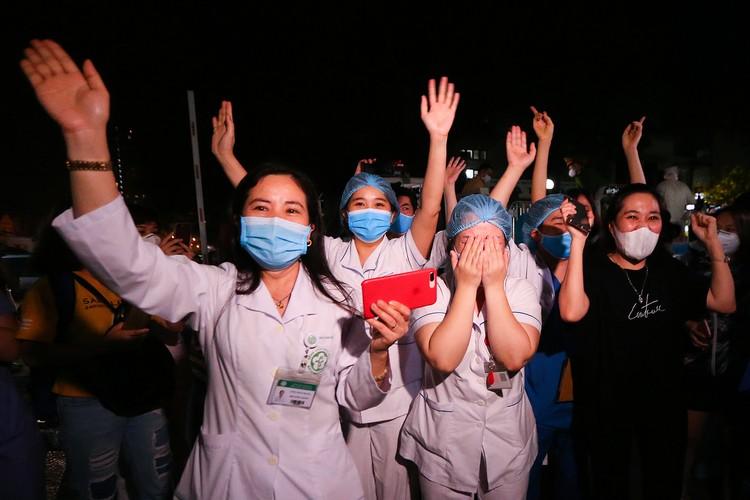 Hà Nội: Niềm vui dỡ phong tỏa Bệnh viện Bạch Mai ảnh 8