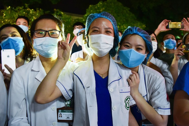 Hà Nội: Niềm vui dỡ phong tỏa Bệnh viện Bạch Mai ảnh 9