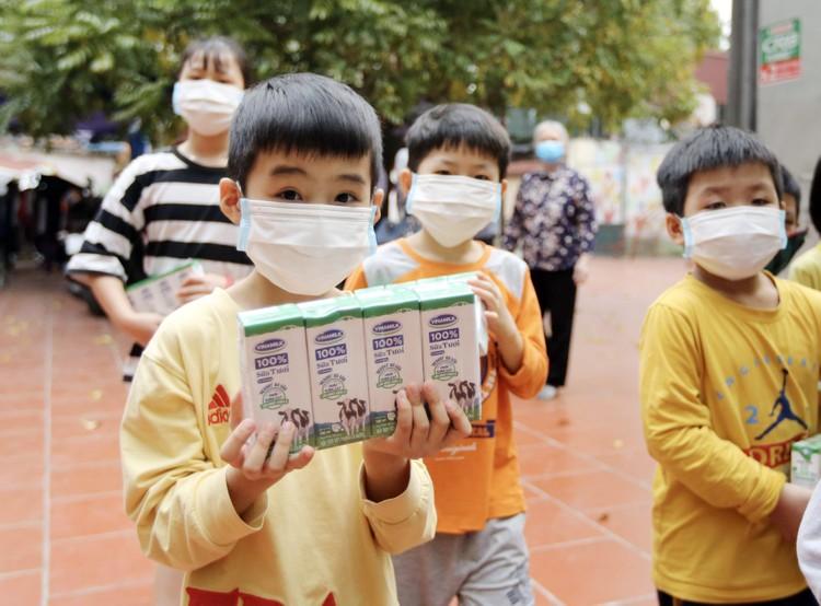 Vinamilk dành 12,5 tỷ đồng chăm sóc dinh dưỡng cho trẻ em khó khăn phòng chống dịch Covid-19 ảnh 4