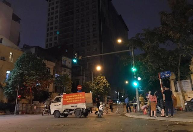 """Hà Nội phong tỏa đường Trần Phú, chuẩn bị """"cắt ngọn"""" nhà 8B Lê Trực ảnh 1"""