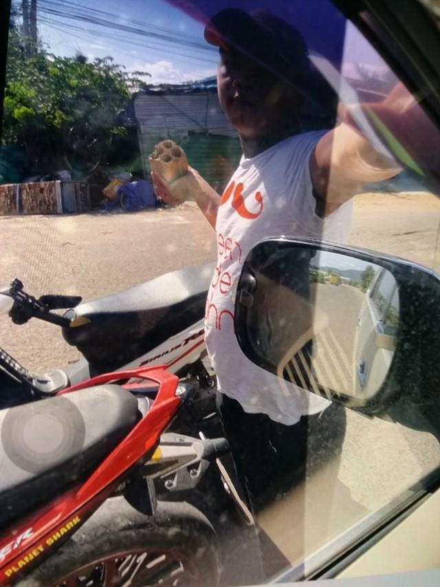 Một phóng viên bị nhóm côn đồ chặn xe, đập nát kính ô tô ảnh 1