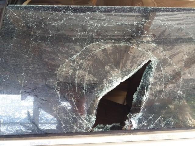 Một phóng viên bị nhóm côn đồ chặn xe, đập nát kính ô tô ảnh 2