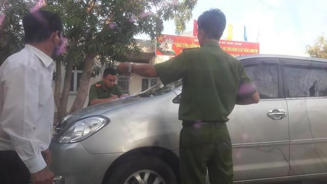 Một phóng viên bị nhóm côn đồ chặn xe, đập nát kính ô tô ảnh 3
