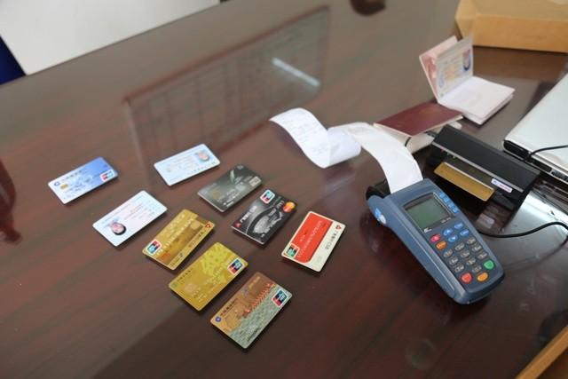 Quảng Ninh: Nhóm người Trung Quốc dùng thẻ ngân hàng giả để chiếm đoạt 300.000 USD ảnh 1