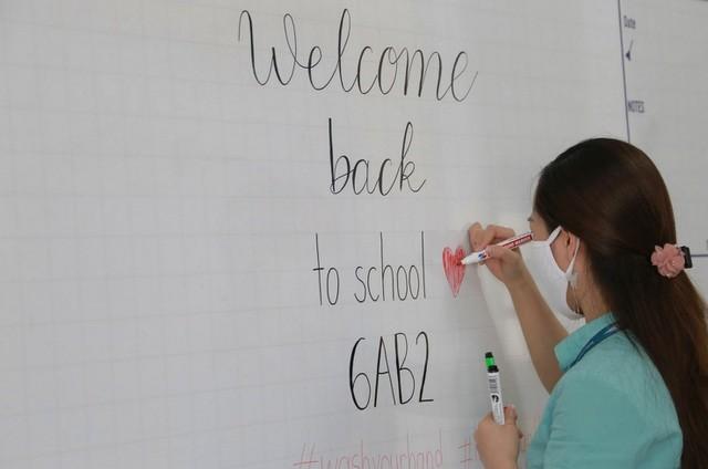 Sáng nay, học sinh tại 63 tỉnh thành đi học sau kì nghỉ dài chưa từng có ảnh 1