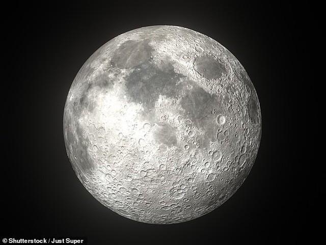 Khối đá mặt trăng to dị thường được bán đấu giá hơn 58 tỷ đồng ảnh 1