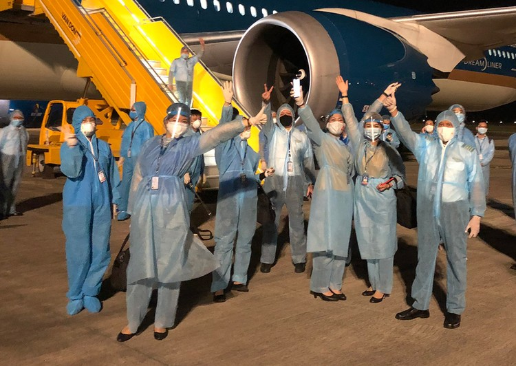 Chuyến bay 33 giờ đón người Việt ở Mỹ hồi hương ảnh 4