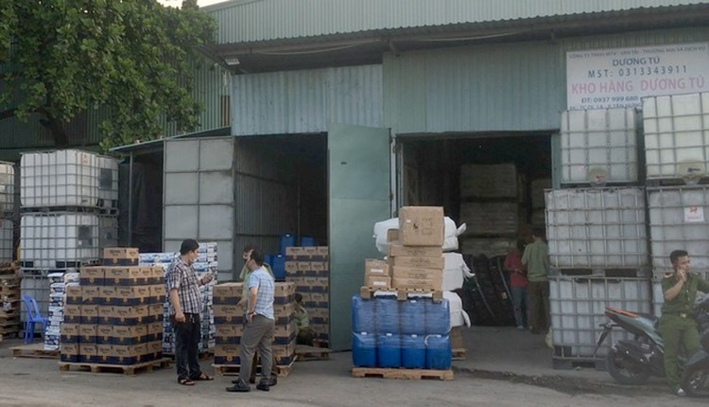 TPHCM: Công an đột kích kho chứa bia, sữa ngoại nhập lậu ảnh 1