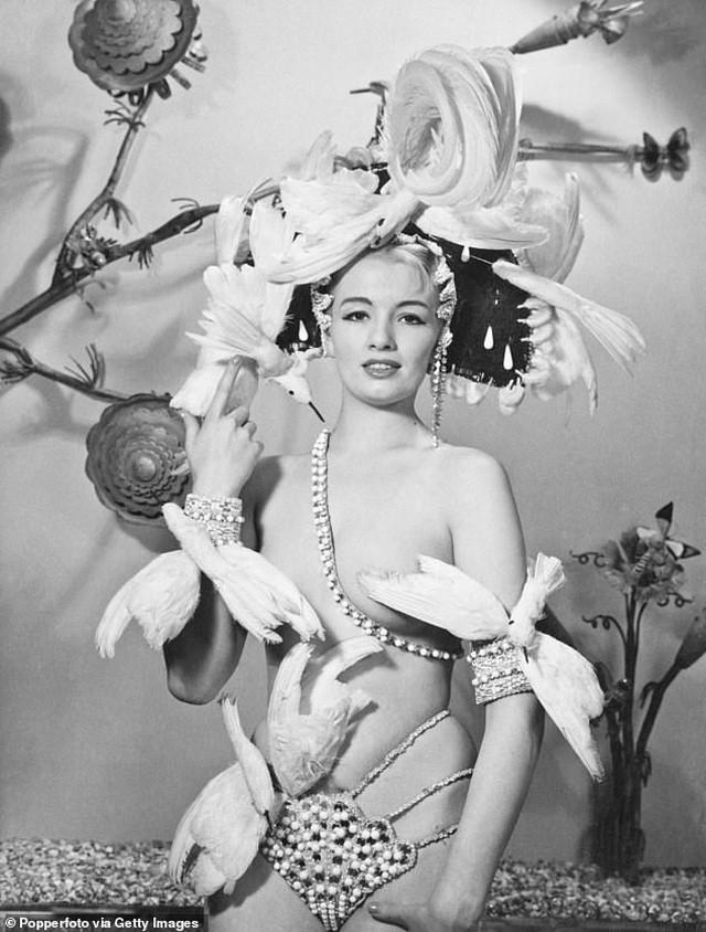 Đấu giá những bức phác họa phục trang gợi cảm của vũ nữ thập niên 1960 ảnh 2