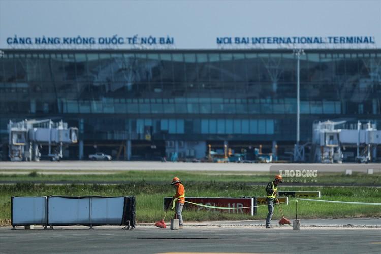 """Toàn cảnh """"đại công trường"""" cải tạo đường băng sân bay Quốc tế Nội Bài ảnh 1"""