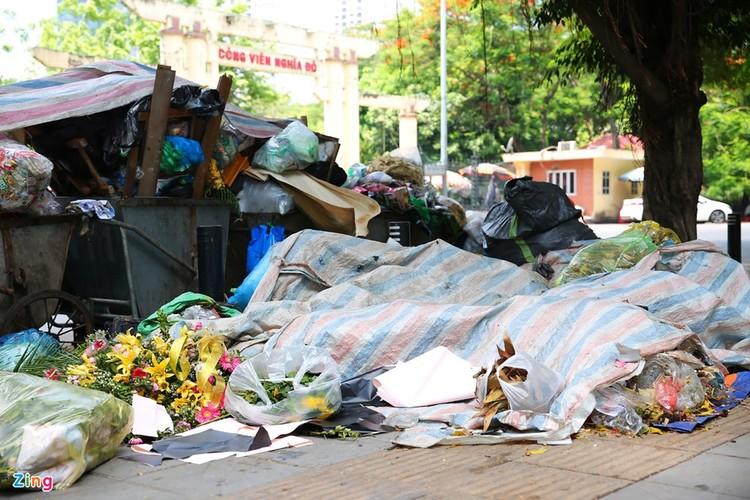 Rác chất thành đống, ngập khắp trung tâm Hà Nội ảnh 10