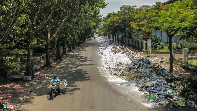 Rác chất thành đống, ngập khắp trung tâm Hà Nội ảnh 3