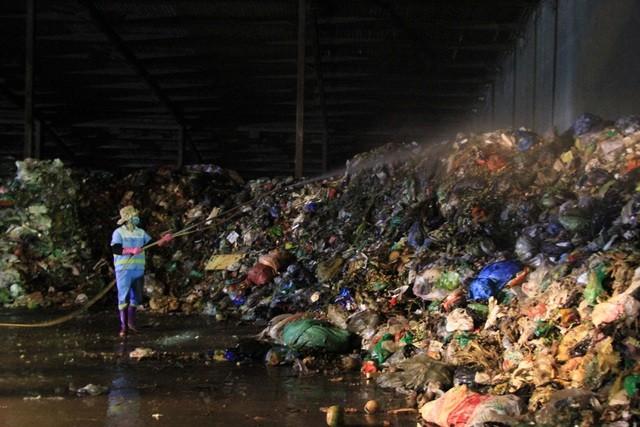 """Công nhân xuyên đêm xử lý lượng rác """"khủng"""" tồn đọng ở Hà Nội ảnh 1"""