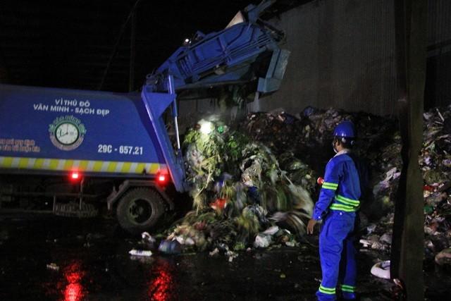 """Công nhân xuyên đêm xử lý lượng rác """"khủng"""" tồn đọng ở Hà Nội ảnh 3"""