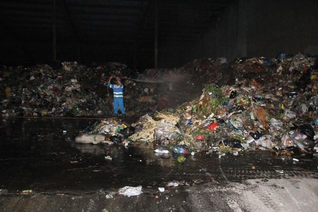 """Công nhân xuyên đêm xử lý lượng rác """"khủng"""" tồn đọng ở Hà Nội ảnh 4"""