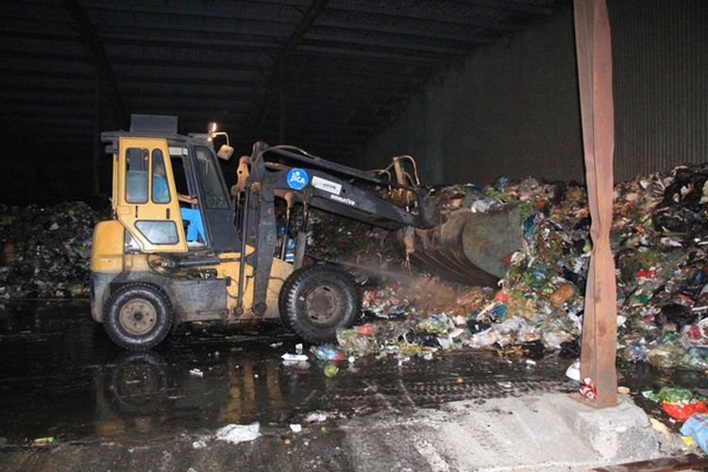 """Công nhân xuyên đêm xử lý lượng rác """"khủng"""" tồn đọng ở Hà Nội ảnh 5"""