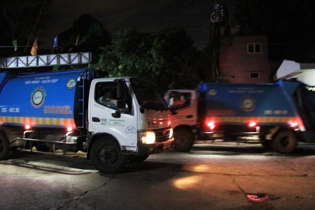 """Công nhân xuyên đêm xử lý lượng rác """"khủng"""" tồn đọng ở Hà Nội ảnh 6"""