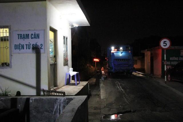"""Công nhân xuyên đêm xử lý lượng rác """"khủng"""" tồn đọng ở Hà Nội ảnh 7"""