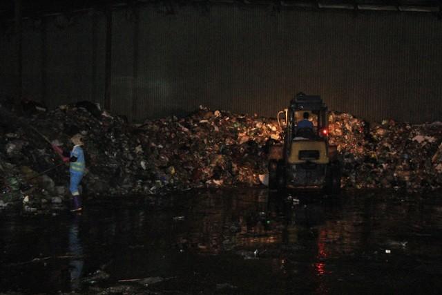 """Công nhân xuyên đêm xử lý lượng rác """"khủng"""" tồn đọng ở Hà Nội ảnh 8"""