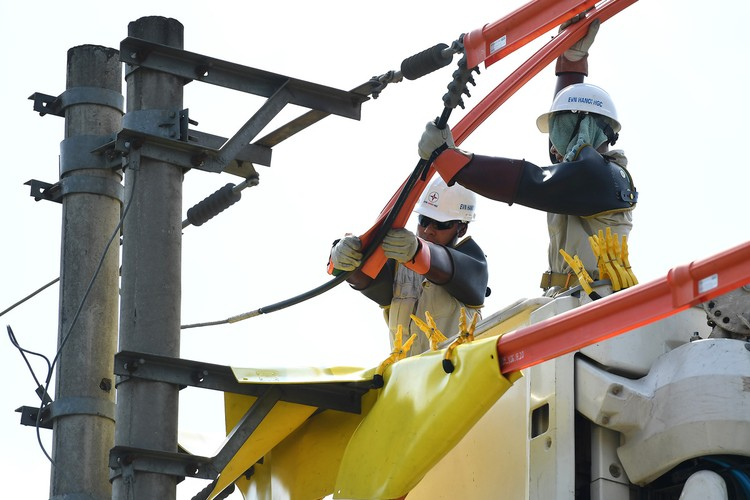 Cuộc chiến cân não trên đường dây điện sống của thợ hotline ảnh 3