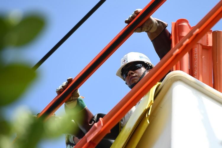 Cuộc chiến cân não trên đường dây điện sống của thợ hotline ảnh 5
