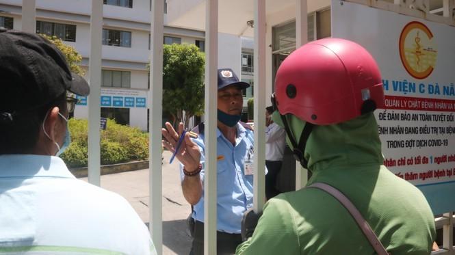 Bệnh viện C Đà Nẵng 'nội bất xuất, ngoại bất nhập' sau ca nghi mắc Covid-19 ảnh 1