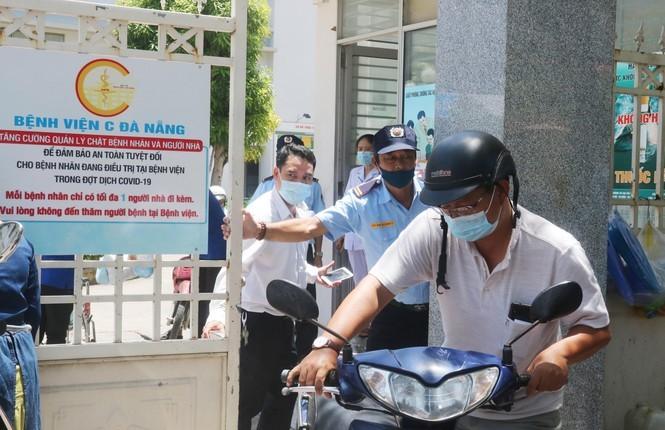 Bệnh viện C Đà Nẵng 'nội bất xuất, ngoại bất nhập' sau ca nghi mắc Covid-19 ảnh 5