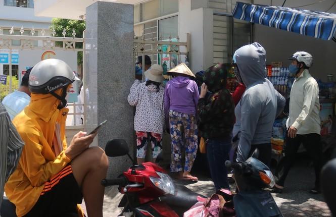 Bệnh viện C Đà Nẵng 'nội bất xuất, ngoại bất nhập' sau ca nghi mắc Covid-19 ảnh 6