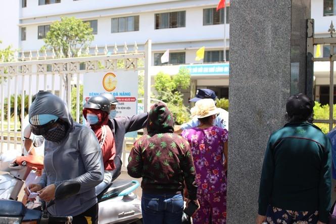 Bệnh viện C Đà Nẵng 'nội bất xuất, ngoại bất nhập' sau ca nghi mắc Covid-19 ảnh 9