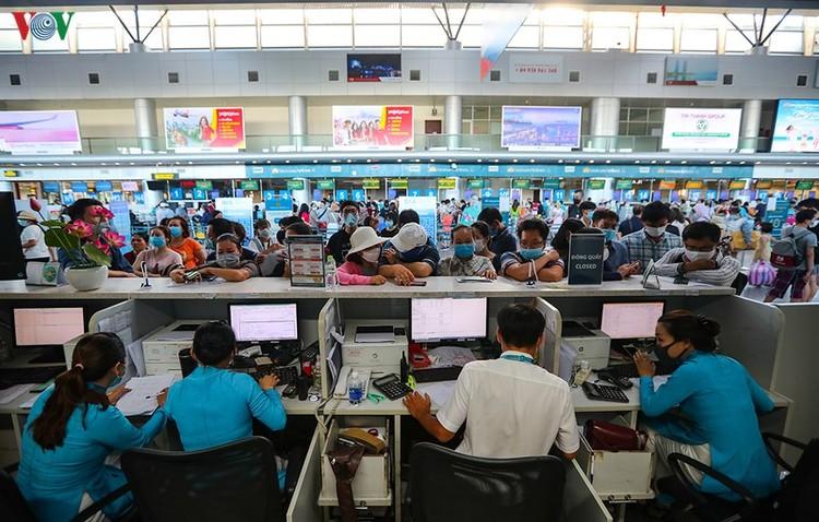 Du khách tấp nập làm thủ tục ở sân bay rời Đà Nẵng ảnh 1