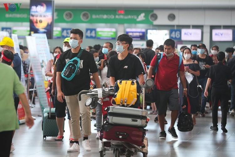 Du khách tấp nập làm thủ tục ở sân bay rời Đà Nẵng ảnh 10