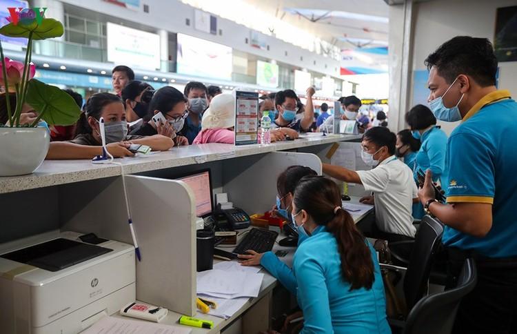 Du khách tấp nập làm thủ tục ở sân bay rời Đà Nẵng ảnh 11