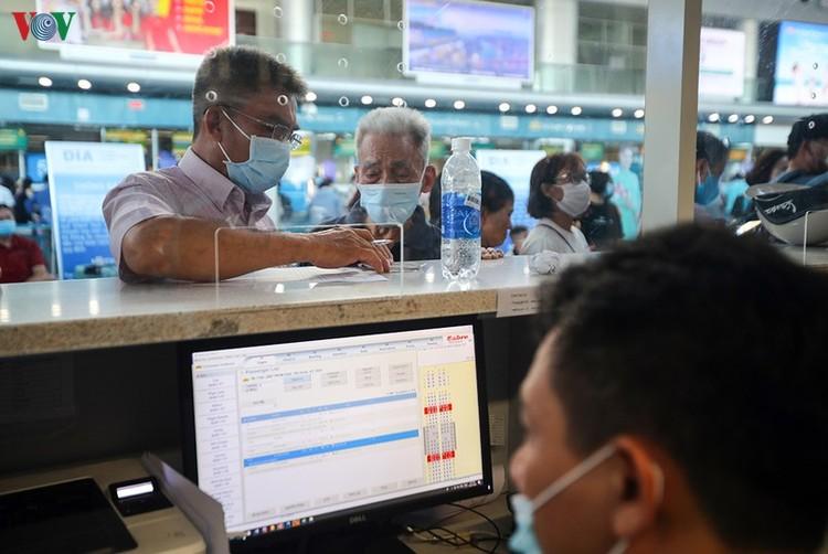 Du khách tấp nập làm thủ tục ở sân bay rời Đà Nẵng ảnh 12