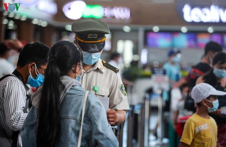 Du khách tấp nập làm thủ tục ở sân bay rời Đà Nẵng ảnh 13