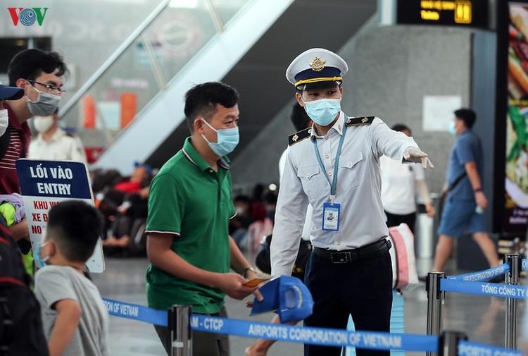 Du khách tấp nập làm thủ tục ở sân bay rời Đà Nẵng ảnh 14