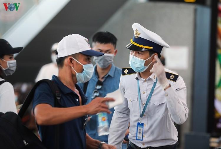Du khách tấp nập làm thủ tục ở sân bay rời Đà Nẵng ảnh 15