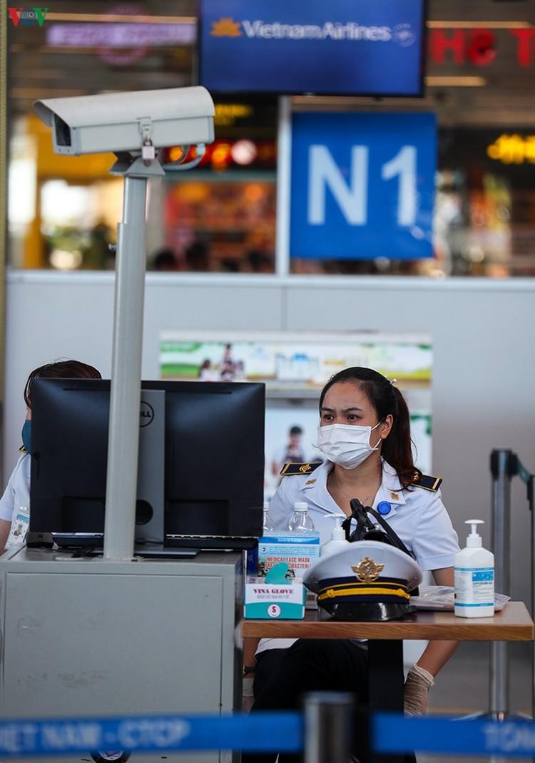 Du khách tấp nập làm thủ tục ở sân bay rời Đà Nẵng ảnh 16