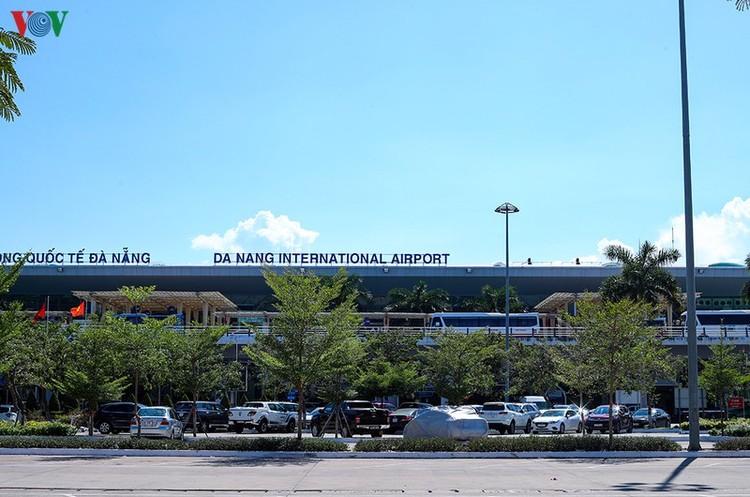 Du khách tấp nập làm thủ tục ở sân bay rời Đà Nẵng ảnh 2