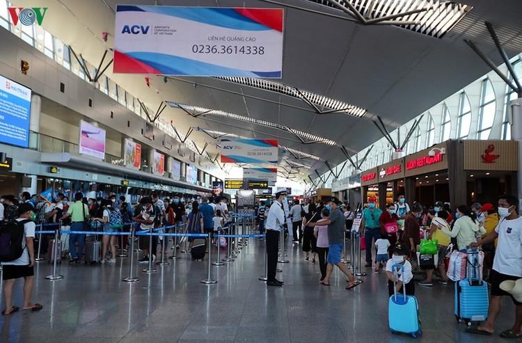 Du khách tấp nập làm thủ tục ở sân bay rời Đà Nẵng ảnh 3