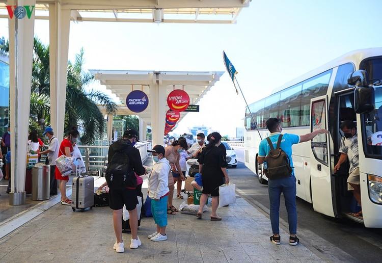 Du khách tấp nập làm thủ tục ở sân bay rời Đà Nẵng ảnh 4