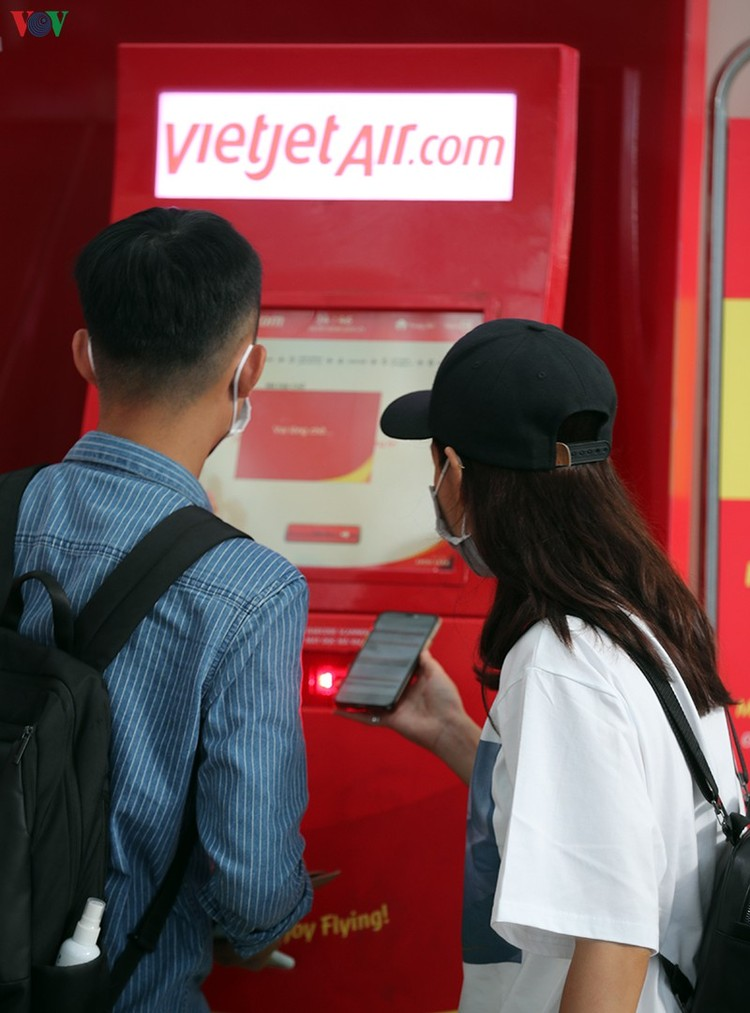 Du khách tấp nập làm thủ tục ở sân bay rời Đà Nẵng ảnh 5