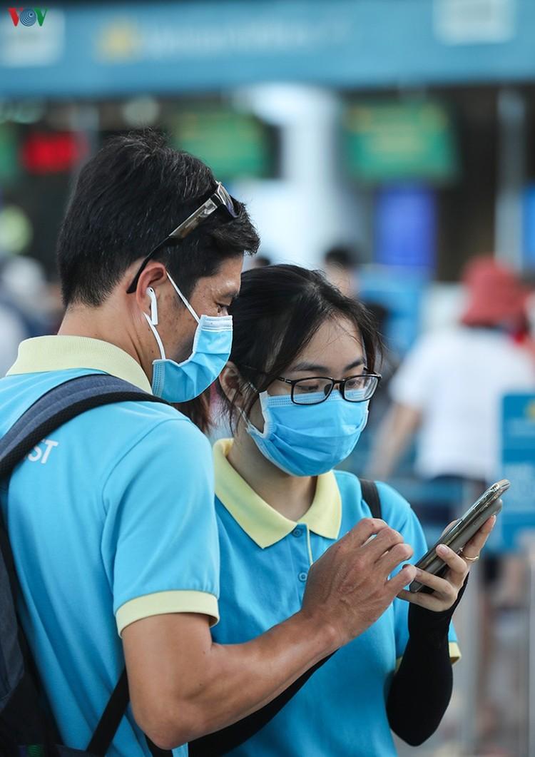 Du khách tấp nập làm thủ tục ở sân bay rời Đà Nẵng ảnh 6