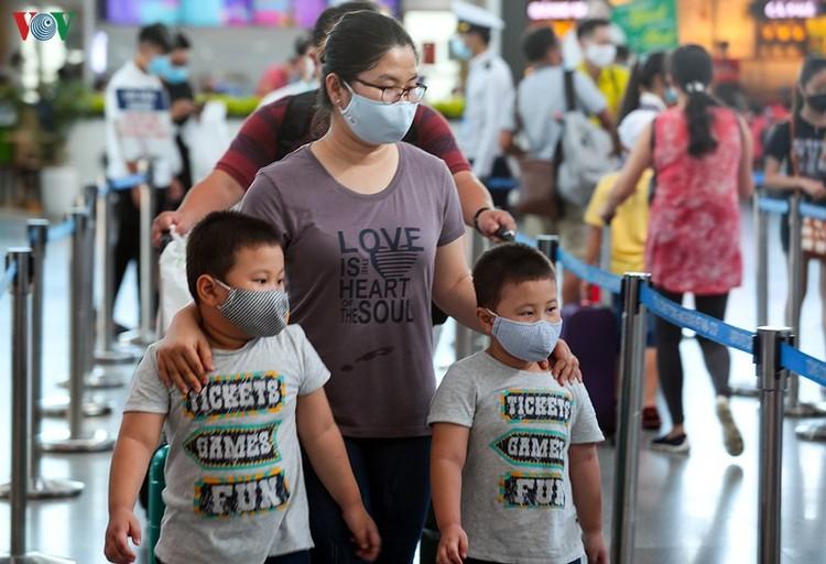 Du khách tấp nập làm thủ tục ở sân bay rời Đà Nẵng ảnh 7