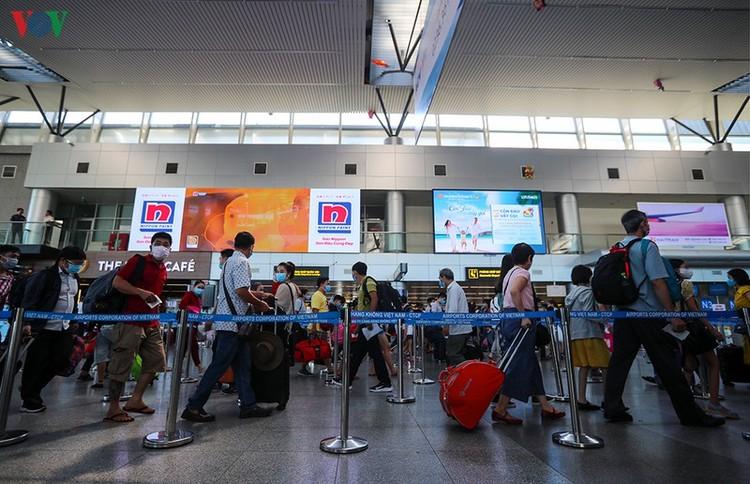 Du khách tấp nập làm thủ tục ở sân bay rời Đà Nẵng ảnh 9