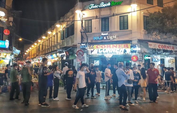 Nhiều quán bar vẫn mở cửa bất chấp chỉ thị của Chủ tịch Hà Nội ảnh 1